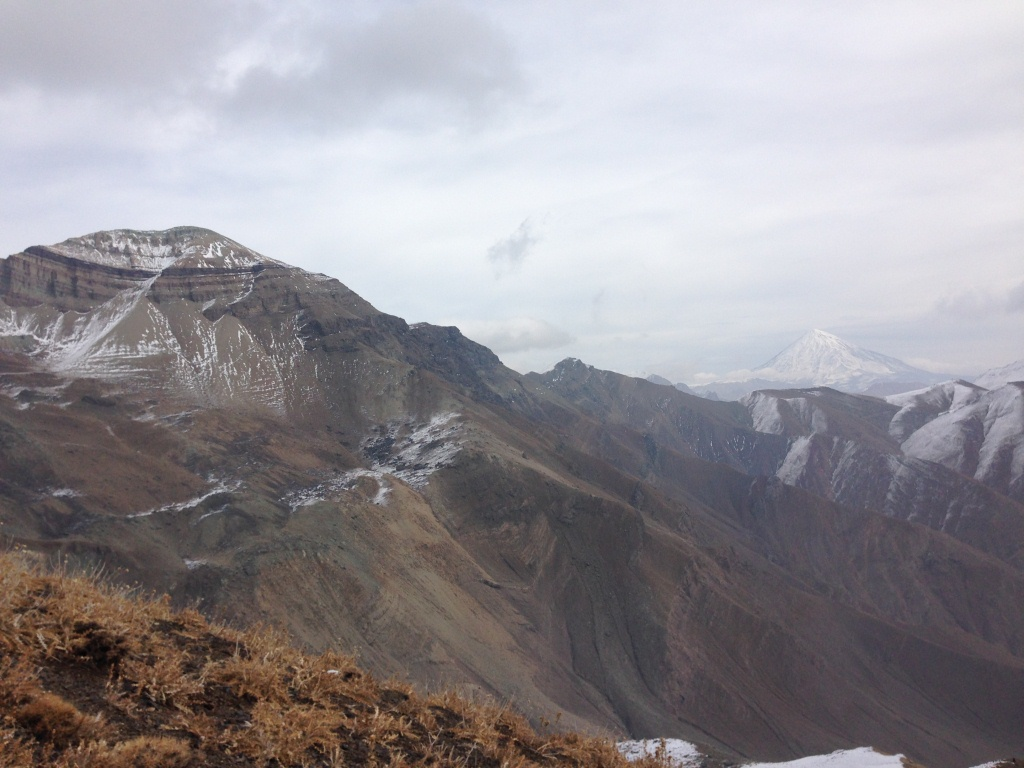 قله ریزان در سمت چپ تصویر و قله دماوند در سمت راست تصویر